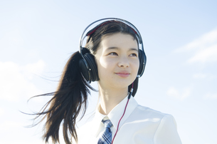 制服姿でヘッドフォンを着けた女の子 FYI01076928