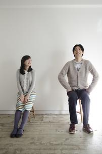 イスに座って笑うカップル FYI01076932