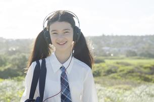 制服姿でヘッドフォンを着けた女の子 FYI01076982