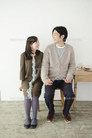 室内で座って見つめ合うカップル FYI01076994