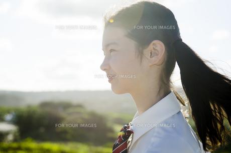 制服姿でツインテールの女の子の横顔 FYI01076999