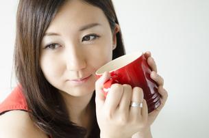 赤いカップを持つ女性 FYI01077012