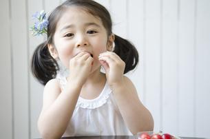 さくらんぼを食べる女の子 FYI01077037