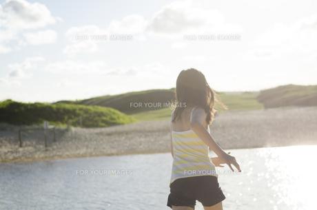 ビーチで走る女の子の後ろ姿 FYI01077038
