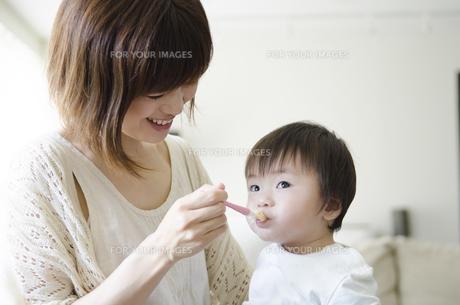 離乳食を食べる男の子とお母さん FYI01077088