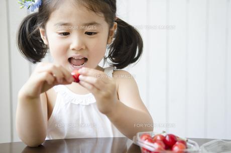 さくらんぼを見て喜ぶ女の子の素材 [FYI01077089]