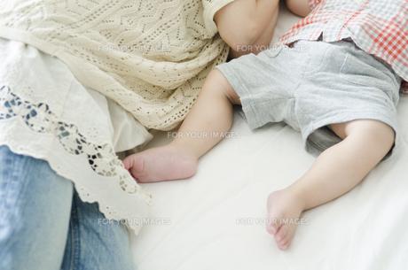 シーツの上で眠る男の子の足 FYI01077101