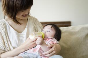 ミルクを飲む男の子とお母さん FYI01077114