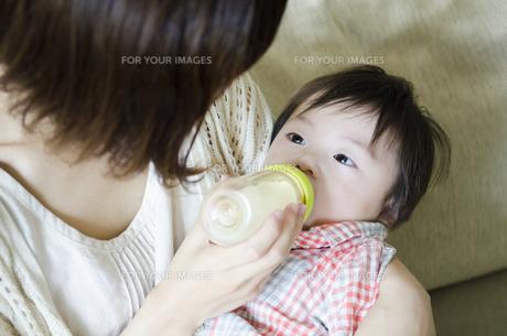 ミルクを飲む男の子 FYI01077126