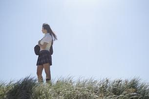 草むらにたたずむ制服姿の女の子 FYI01077150