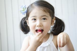 さくらんぼを食べる女の子の素材 [FYI01077154]