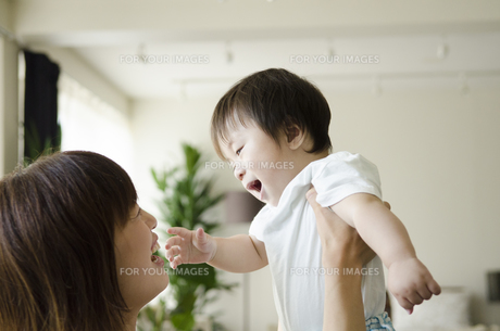 部屋の中で遊ぶお母さんと男の子 FYI01077161