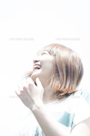屋外で笑う女性 FYI01077182
