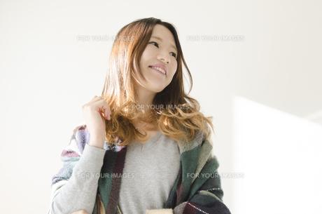 ストールとカバンを肩に掛けた笑顔の女性 FYI01077195