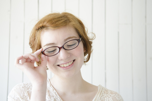 メガネを掛けて笑うハーフの女性 FYI01077205
