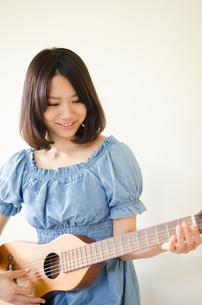 ギターを持っている笑顔の女性 FYI01077258