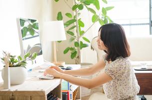 パソコンを操作している女性 FYI01077304