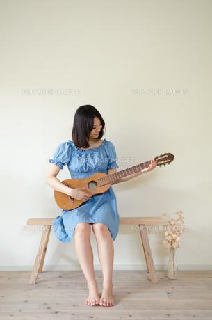 ギターを持っている女性 FYI01077346