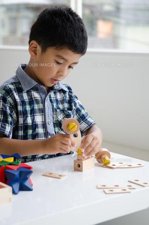 知育おもちゃで遊ぶ男の子 FYI01077355