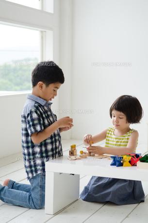 知育おもちゃで遊ぶ子供たち FYI01077362