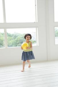 ボールを持って走る女の子 FYI01077363