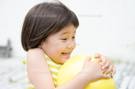 ボールを持って驚く女の子 FYI01077374