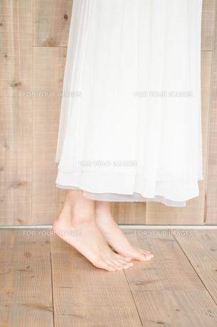 背伸びをする女性の足下 FYI01077386