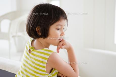 物思いにふける女の子 FYI01077389
