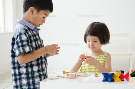知育おもちゃで遊ぶ子供たち FYI01077393