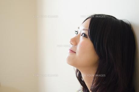 上を見て笑う女性の横顔 FYI01077402
