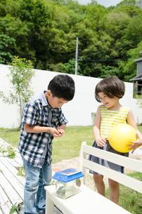 外で遊ぶ子供たち FYI01077403