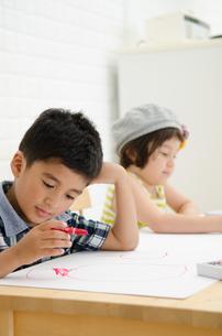 絵を描いている子供たち FYI01077412