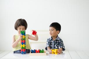 知育おもちゃで遊ぶ子供たち FYI01077418