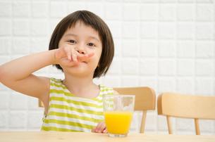 イスに座って鼻をこする女の子 FYI01077419