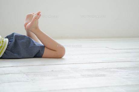床に寝そべる女の子の足 FYI01077436