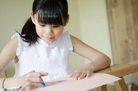 お絵描きをしている女の子 FYI01077438