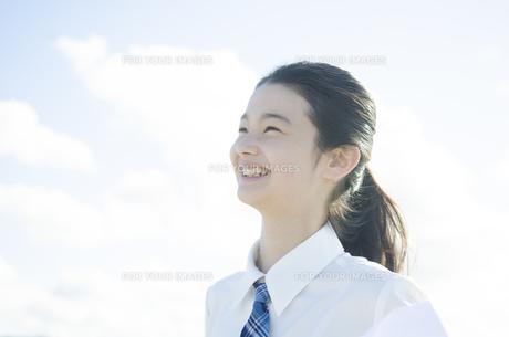 制服姿で笑う女の子 FYI01077443