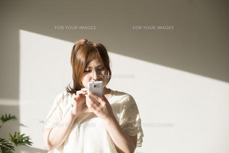 スマートフォンを操作する女性 FYI01077468