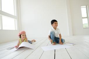 絵を描く子供たち FYI01077469