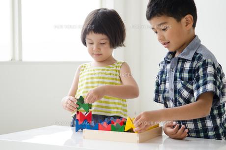 知育おもちゃで遊ぶ子供たち FYI01077479