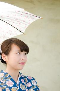 日傘を持った着物姿の女性 FYI01077482