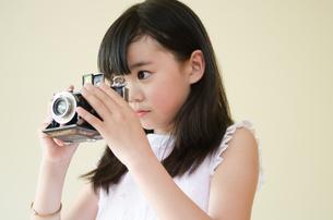 クラッシックカメラをのぞいている女の子 FYI01077508