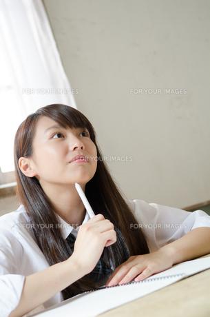 勉強をしている制服姿の女性 FYI01077509