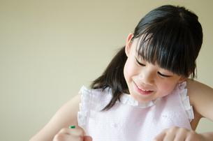 笑顔でお絵描きをしている女の子 FYI01077522