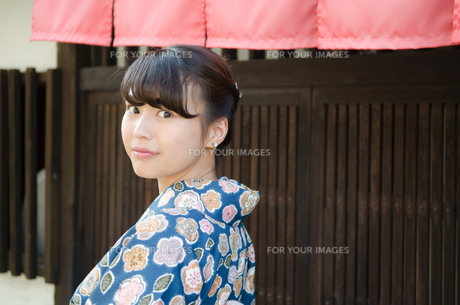 格子の家の前で振り返る着物姿の女性 FYI01077524
