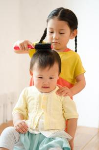 美容室ごっこで遊んでいる姉妹 FYI01077529