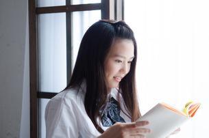 本を読んでいる制服姿の女性 FYI01077530