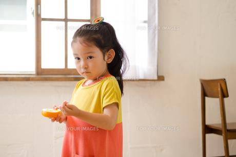 オレンジを持っている女の子 FYI01077558
