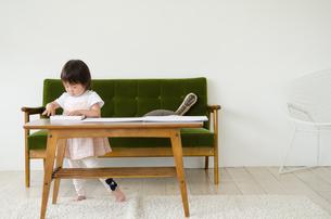 リビングで絵を描いている女の子 FYI01077572