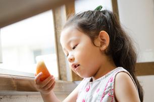 りんごを見ている女の子 FYI01077579